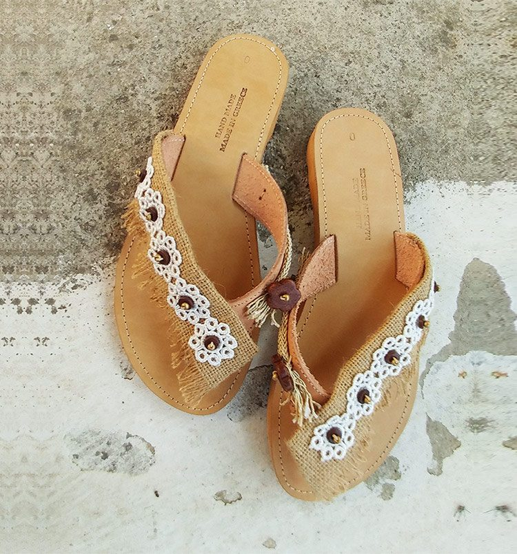 ba08e7a712a Δερμάτινα γυναικεία σανδάλια, χειροποίητα σανδάλια με δαντέλα και πέτρες,  άσπρα σανδάλια, ίσια καλοκαιρινά
