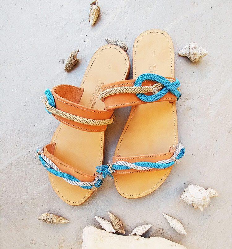 Γυναικεία σανδάλια, δερμάτινα σανδάλια, ανοιχτά flat σανδάλια, χειροποίητα σανδάλια στολισμένα με κορδόνια-χάντρες, μπλε-ασημί σανδάλια Kamari Santorini
