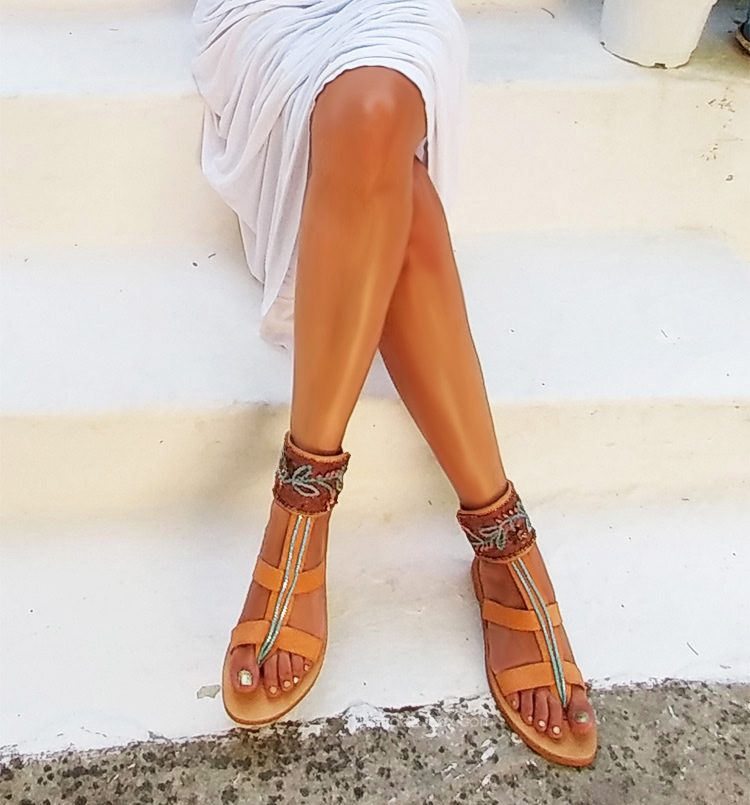gynaikeia-sandalia-sexI-sandalia-trendy-sandalia-ellinika-xeiropoiita-sandalia-gynaika-me-omorfa-podia-gampes-sexi-podia-finetsata-sandalia-polyteleias-fira-santorini-greekhandmadebox.jpg