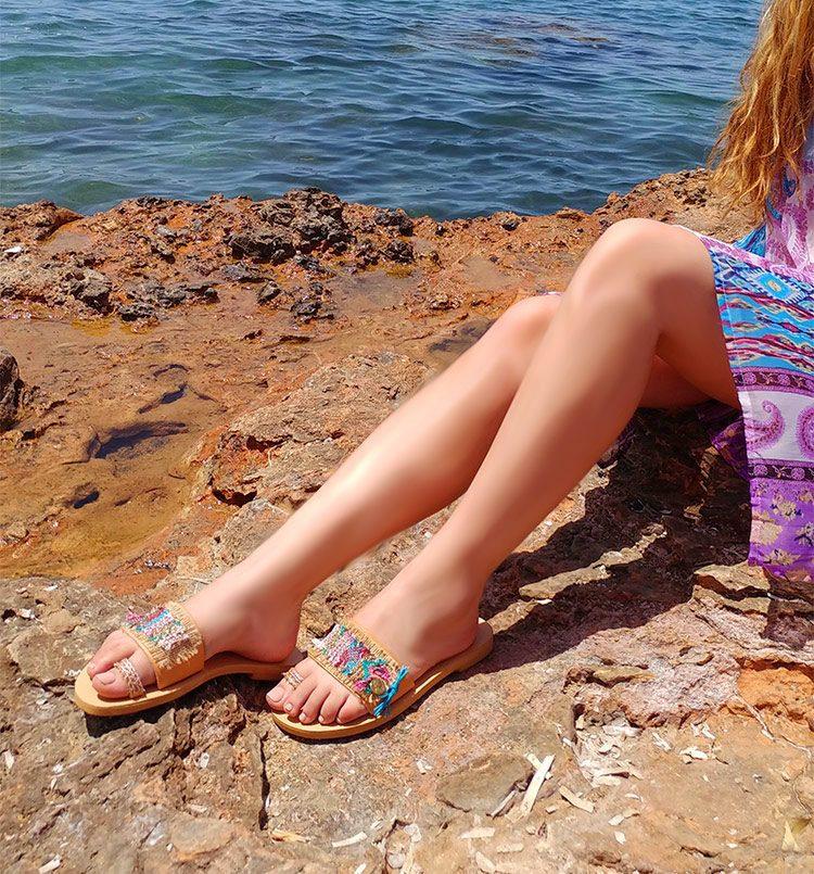 Γυναικεία σανδάλια, ελληνικά σανδάλια, χειροποίητα δερμάτινα σανδάλια, boho σανδάλια, flat σανδάλια, όμορφη κοπέλα με πολύχρωμα σανδάλια Μάταλα Κρήτη
